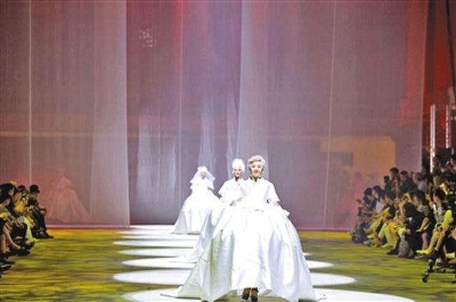 銀髮閨密團的張淑貞曾參加婚紗秀。(取材自新京報)