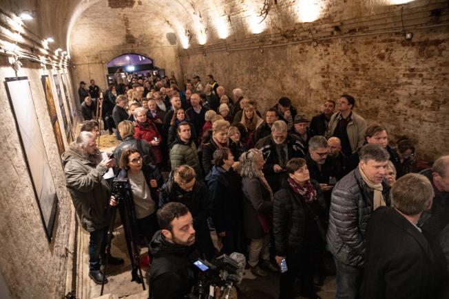 紀念柏林圍牆倒下30周年,首次開放當年的逃生地道,圖為大批參觀者湧進逃生地道。(歐新社)