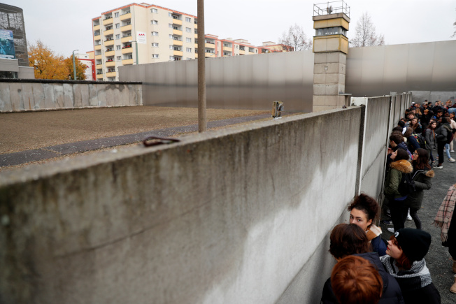 柏林圍牆倒下30年,柏林圍牆紀念遺址還留下高牆及瞭望哨塔供世人憑弔。(路透)
