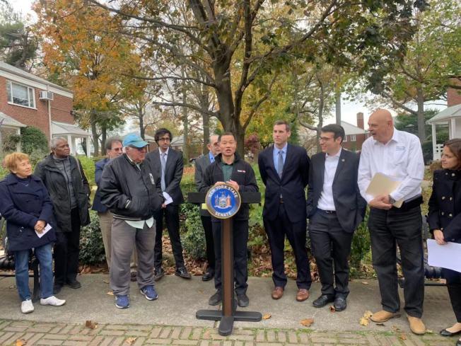 劉醇逸(講話者)聯合布朗斯汀(右四)提出法案,以確保新租房法案不適用於合作公寓。(記者牟蘭/攝影)