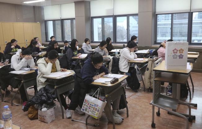 南韓高中生參加大學入學筆試。(美聯社)