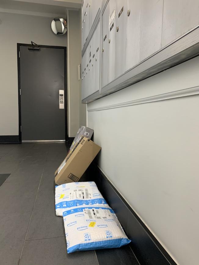 節日季門口包裹應及時收取,以免遭有心人士竊取。(記者賴蕙榆/攝影)