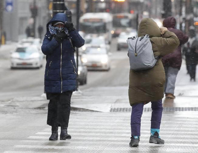 氣象預報稱,北極寒流下周發威,全美大部地區11月就出現寒冬景象,圖為今年1月底芝加哥居民頂著刺骨嚴寒出門。(歐新社)