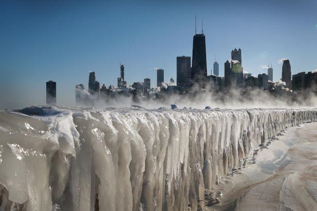 氣象預報稱,北極寒流下周發威,全美大部地區11月就出現寒冬景象,圖為今年1月底芝加哥的密西根湖邊景象。(Getty Images)