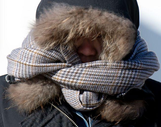 氣象預報稱,北極寒流下周發威,全美大部地區11月就出現寒冬景象,圖為今年1月底華府居民頂著刺骨嚴寒出門。(Getty Images)