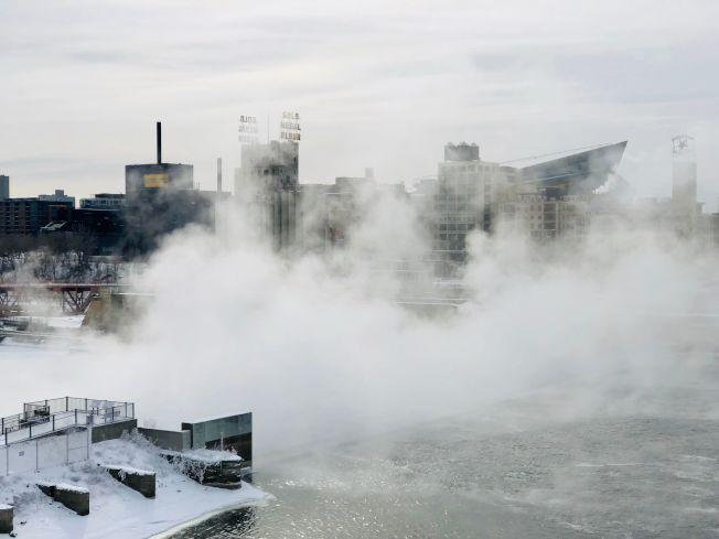 氣象預報稱,北極寒流下周發威,全美大部地區11月就出現寒冬景象,圖為今年1月底明尼亞波利斯的密西西比河邊水氣凝結。(Getty Images)