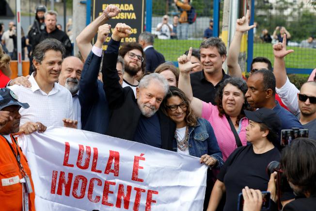 巴西聯邦最高法院11位大法官7日晚以6比5的票數推翻2016年針對二審定罪後入獄服刑的釋憲案,前總統魯拉(前左二)8日獲釋。(路透)