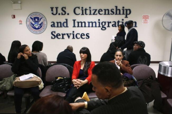 大幅調漲手續費21%在移民局歷史上很少見。(Getty Image)