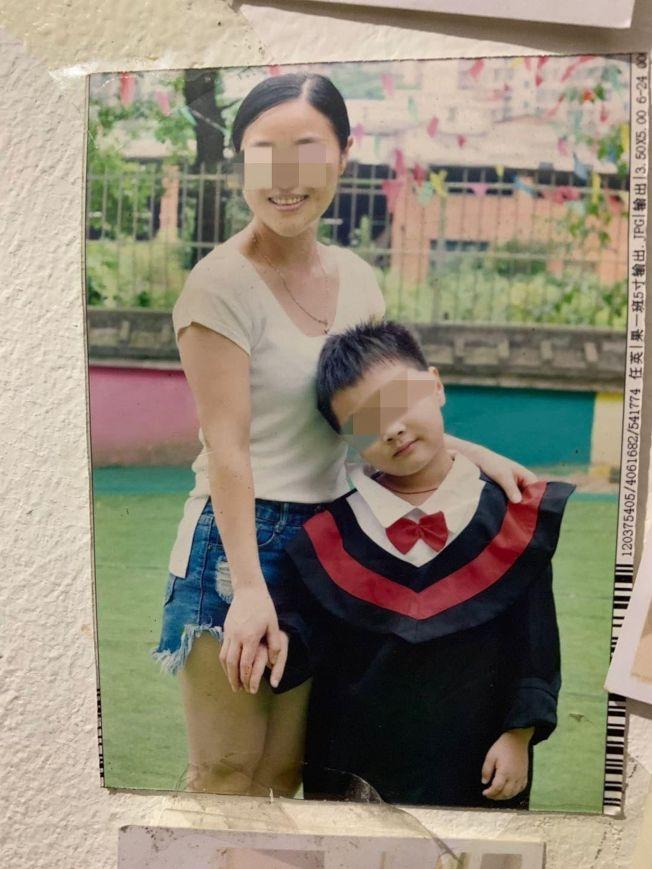 羅姓男童和媽媽。(取材自澎湃新聞╱受訪者供圖)