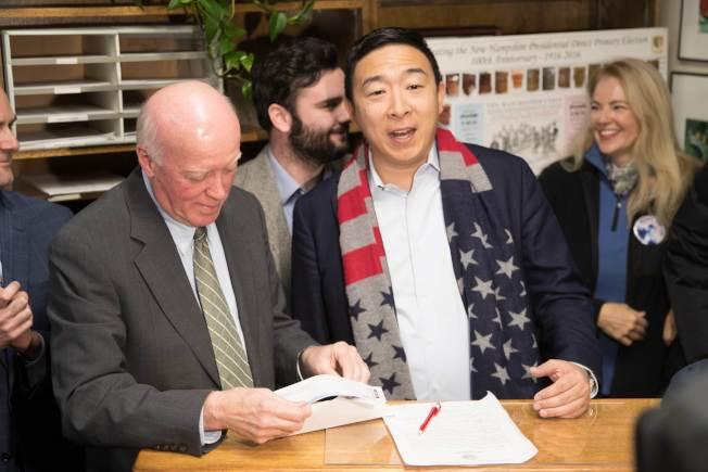 華裔參選人楊安澤說,彭博此時參選,時機上已晚。(Getty Images)