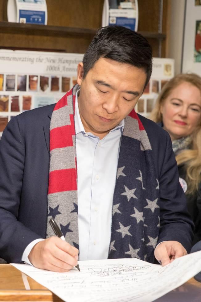 華裔參選人楊安澤登記參加新罕布夏州初選。(Getty Images