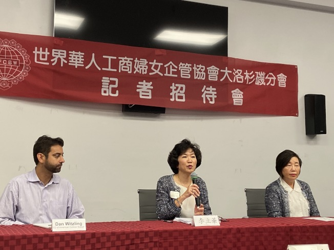 世界華人工商婦女企管協會大洛杉磯分會,聯手美國癌症協會舉辦大型「2019亞裔癌症預防研討會」。圖為會長李立華(中)介紹研討會內容。(記者謝雨珊/攝影)
