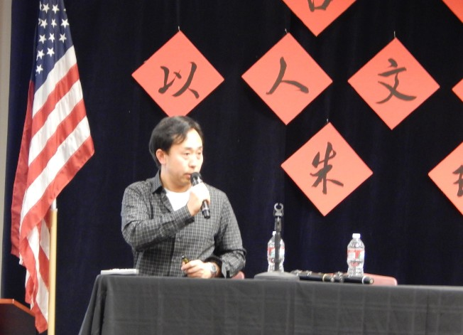 朱琦2014年在爾灣演講吸引300餘人到場。(照片由南海岸中華文化中心提供)