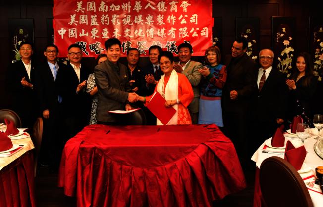 美國南加州華人總商會山東分會8日舉行成立和會長徐向群(右)就職典禮。(讀者提供)