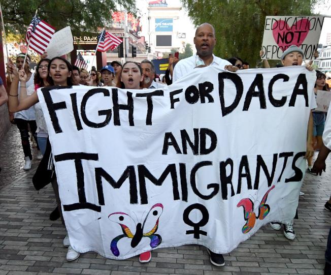 為受到DACA保護的夢想生繼續提供保護儘管得到兩黨多數的支持,但未來仍難預料。圖為拉斯維加斯舉行維護DACA遊行。(Getty Images)