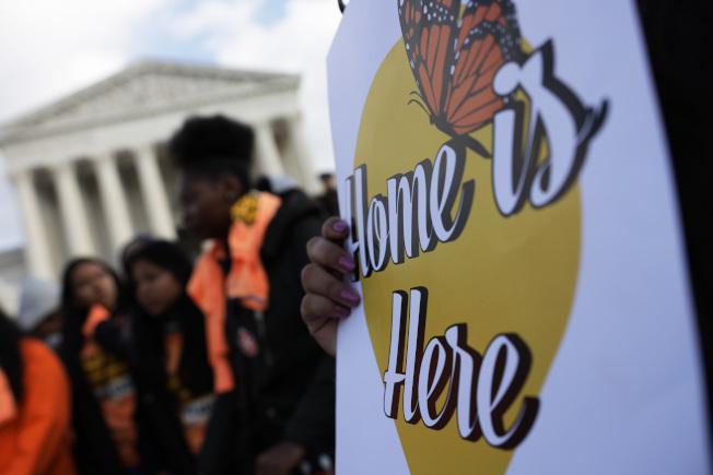 最高法院將於12日聽取川普政府下令中止「童年抵美暫緩遣返」(DACA)計畫一案。圖為活動分子8日在最高法院前舉行活動支持DACA,一個標語牌寫著「家就是這裡」。(Getty Images)