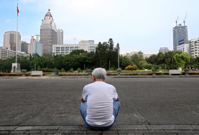 根據統計,綜所稅結算申報戶屬單身者,12年來增加89萬戶,增幅達4成。人口老化埋下長期稅收危機。另外,單身無扶養者、不婚族愈來愈多;夫妻扶養子女愈來愈少,大家都不敢生;51歲以上申報戶愈來愈多,台灣人口結構愈來愈老。(本報資料照片)