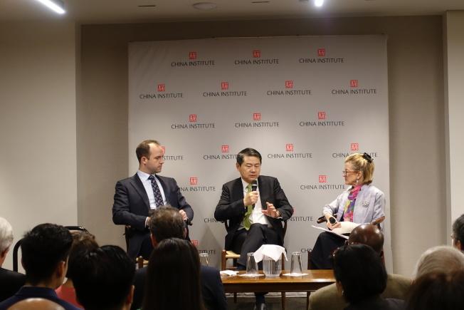 彭捷寧(左一)、王輝耀(左二)討論中美關係。(記者金春香/攝影)