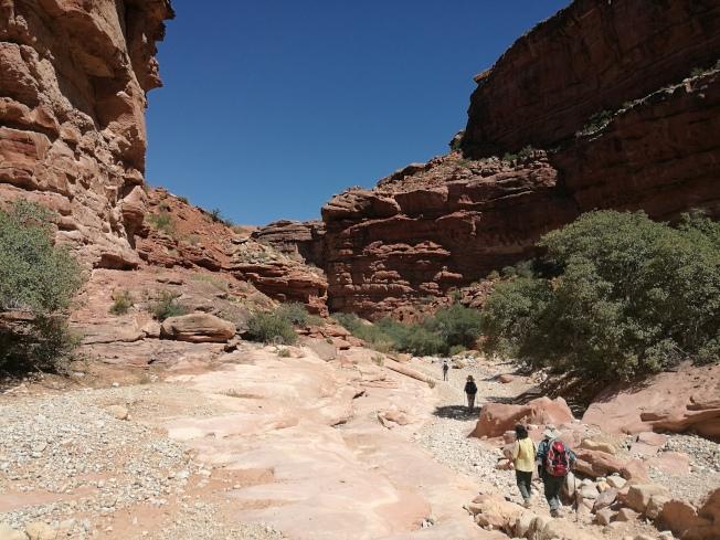 紅岩谷底通往村落的山路。