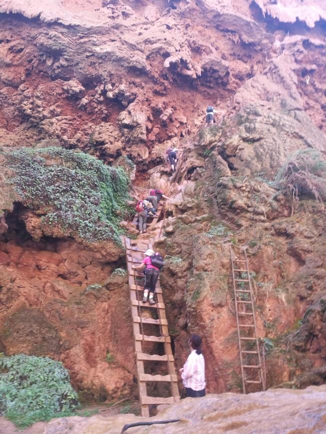 通往穆尼瀑布的木梯鐵鍊。