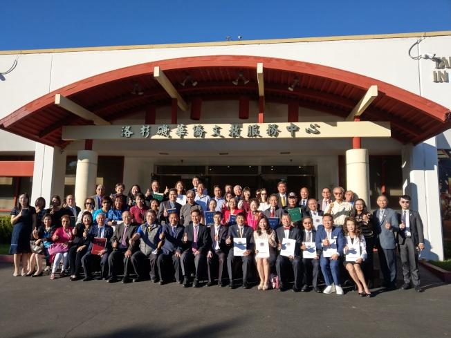 駐洛杉磯台北經濟文化辦事處9日舉行「僑務榮譽職人員聘書」、「台灣青年海外搭僑計畫感謝狀」、「捐贈在台僑生獎助學金感謝狀」三合一頒獎典禮。(記者謝雨珊/攝影)