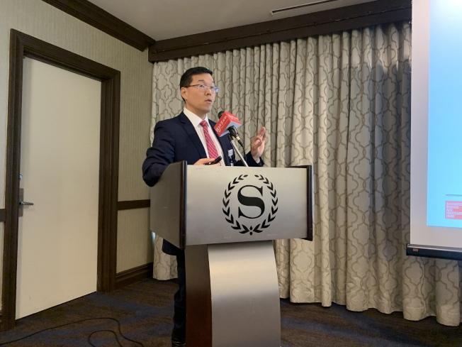 李以倫(講話者)表示,吸菸還造成心血管疾病、心臟病以及中風的風險。(記者牟蘭/攝影)