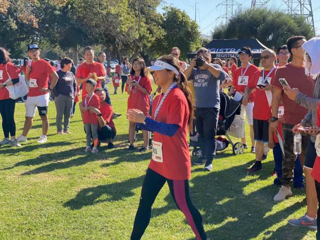 由多家品牌和非營利組織聯手主辦的親子公益跑9日上午在惠提爾峽谷公園舉行,百名家長和兒童參加了這次活動,活動所得將捐贈給Kidspace兒童博物館。(讀者提供)