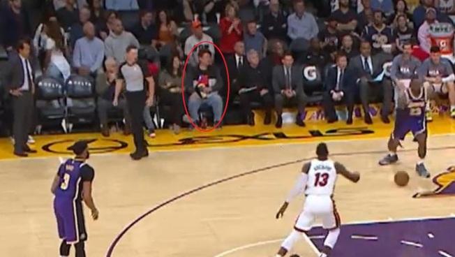 因有觀眾身穿印有中華民國國旗的衣服(紅圈處),騰訊體育急停播NBA湖人對熱火的比賽。(視頻截圖)