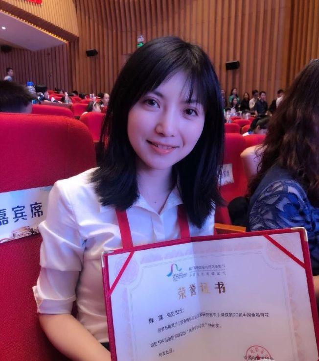 「神仙老師」是重慶大學美視電影學院文學系講師鮮佳。(取材自微博)