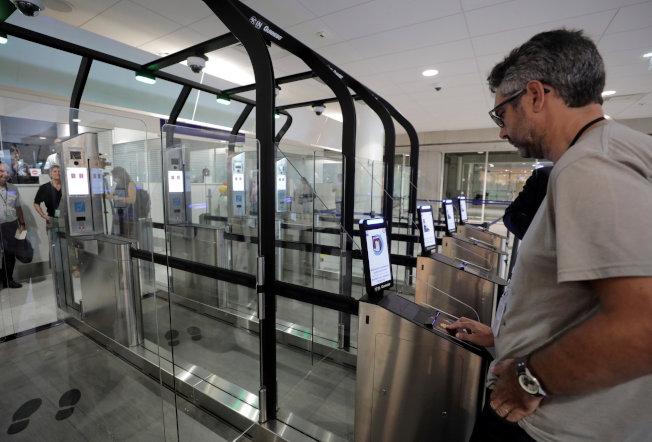 臉部辨識廣泛用於機場自助通關。(路透)
