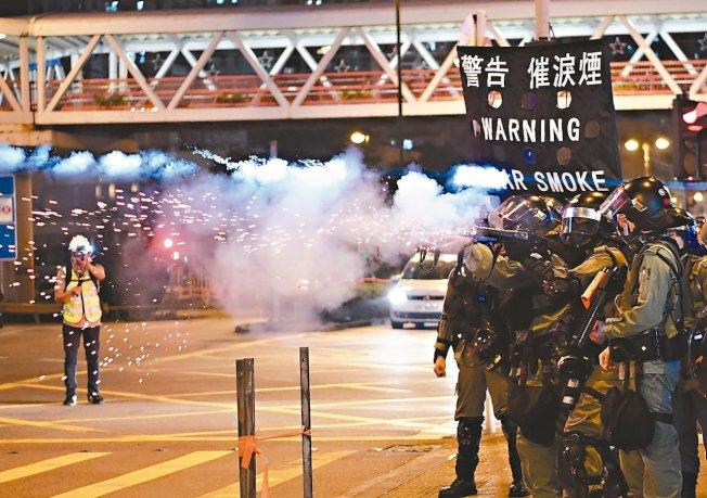港警在進入荃新天地時被大批示威者阻擋。 (香港中通社)