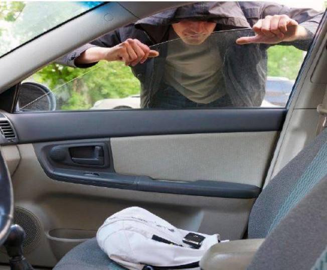 警方建議車主鎖好車門和車窗,以防入車盜竊。(警方提供)