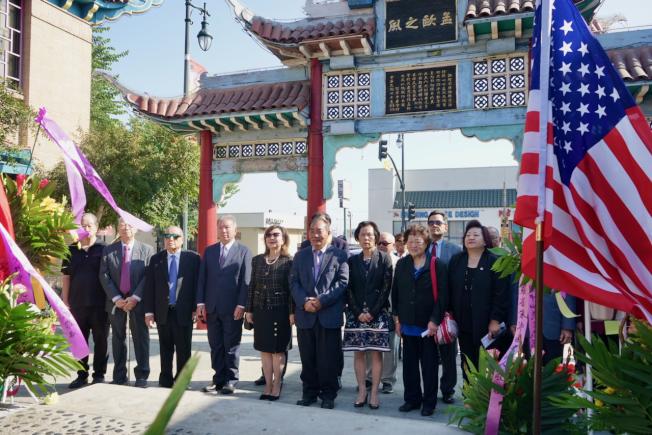 南加僑團代表齊聚華埠中山廣場,向中華民國國父孫中山先生銅像獻花致意。(記者陳開/攝影)