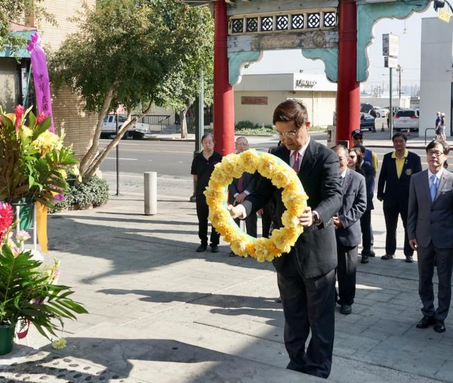 駐洛杉磯台北經文處處長朱文祥向孫中山先生銅像獻花致意。(記者陳開/攝影)