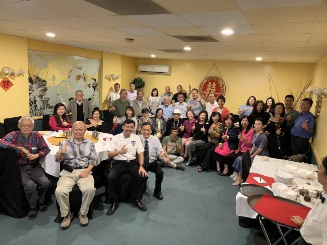 南加州26個組織代表出席亞美老人服務中心跨年慈善晚會啟動儀式。(本報記者/攝影)
