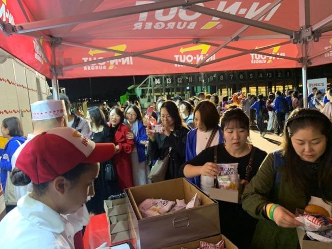 旅行社選取當地熱門人氣的漢堡熱狗品牌。(業者提供)