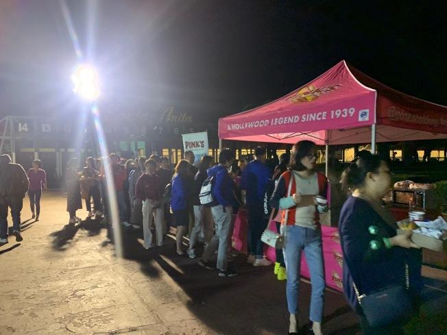 日前兩百多名會議獎勵團團員包下流動餐車品嚐道地南加美食。(業者提供)