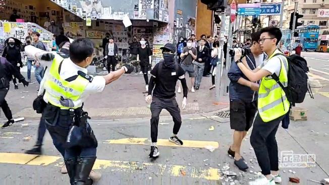 香港部分市民11日發起「大三罷」,警方近距離實彈射擊三槍,兩人流血倒地。(路透)