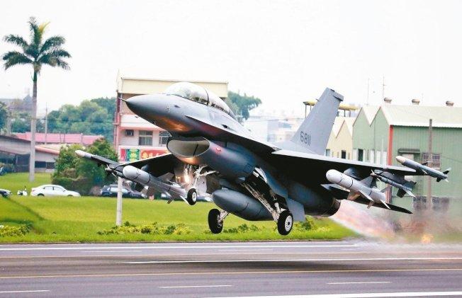 韓國瑜公布國防政策,包括66架F-16戰機採購案、108輛M1A2T戰車採購案、M109A6自走砲等對美軍購都不變。圖為完成改裝的F-16從戰備道起飛。(本報資料照片)