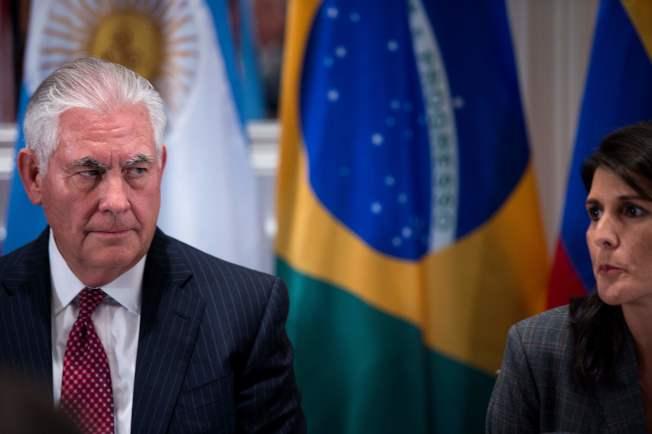 前駐聯合國大使海理出書爆料,稱前國務卿提勒森(左)「招募」她反川普。( Getty Images)