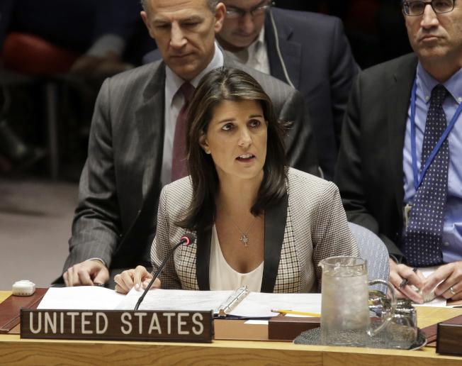 前駐聯合國大使海理出書爆料,稱前國務卿提勒森、白宮前幕僚長凱利「招募」她反川普、「拯救國家」。圖為海理2018年在聯合國安理會上發言。(美聯社)