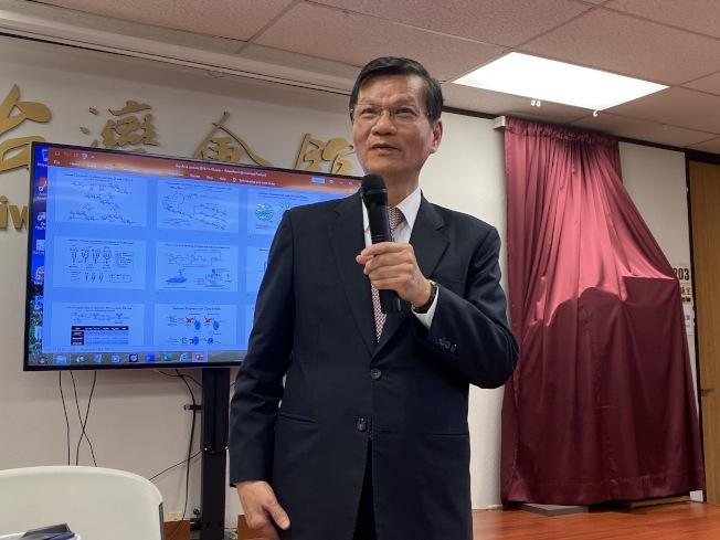 前中研院長翁啟惠在台灣會館演講,分享自己的醫學研究與對於趨勢的看法。(記者李榮/攝影)