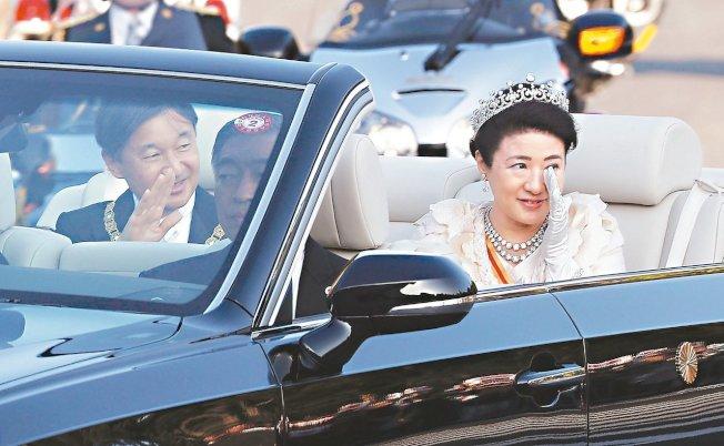 日皇德仁(左)和皇后雅子(右)十日在東京參加即位慶祝遊行,雅子深受感動眼中泛淚。 (美聯社)