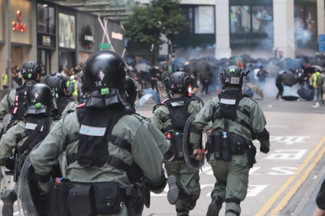 香港11日自清晨開始就有反送中示威者聚集,癱瘓交通,中午以後,有示威者在中環畢打街一帶聚集,防暴警察向示威者發放催彈後追趕他們。中央社