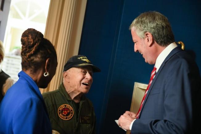 白思豪11日接待老兵並宣布開展將擴展退伍軍人服務局下的一系列心理健康項目。(市長辦公室Ed Reed/攝影)