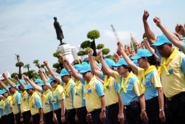 「志願者精神」志工團的制服是淺藍色帽子、鮮黃色圍巾。(路透)