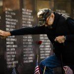 〈圖輯〉全美共慶退伍軍人節 老兵墓碑前悼念戰友