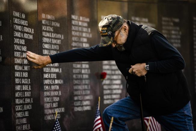 在費城,哈爾波(Michael Halper)到紀念墓碑探望在越戰中犧牲的老兵同伴。(美聯社)