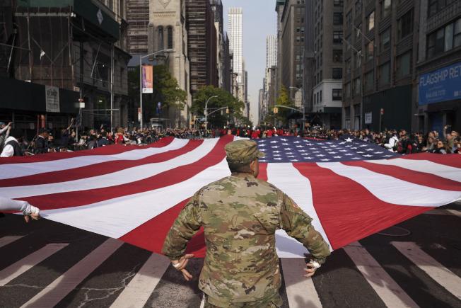在紐約,一面巨大的美國國旗在第五大道(Fifth Avenue)上飄揚。(美聯社)