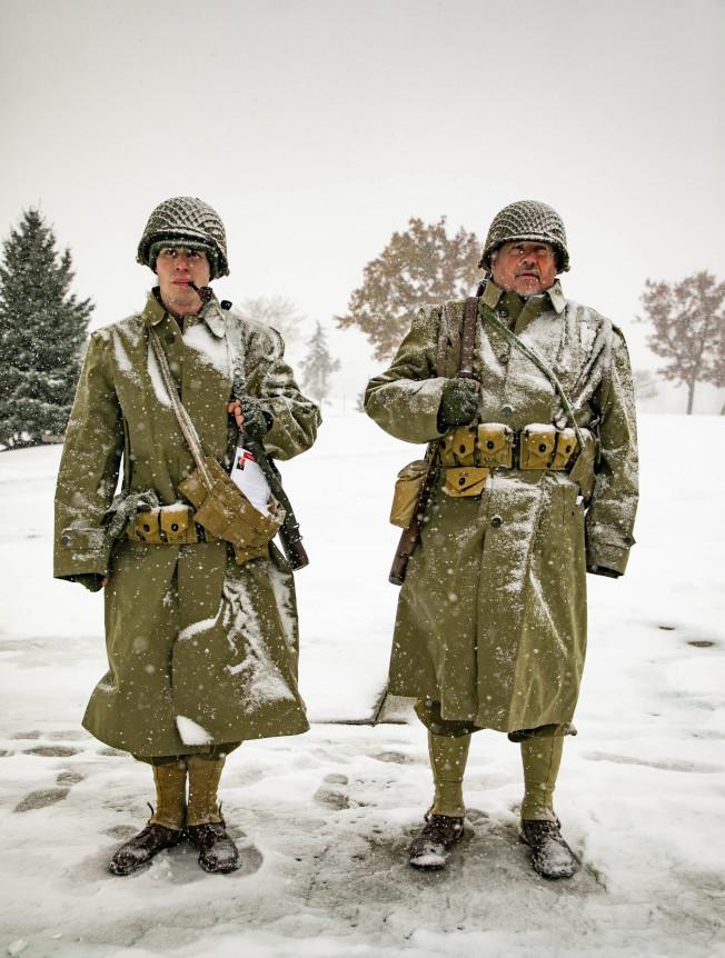 在密西根州的退伍軍人紀念儀式上,海絲達(Hester)兩兄弟穿著打扮成二戰士兵。葛瑞特‧海絲達(左)今年12月就要入伍海軍,他表示自己從3歲起就打算為國效力。(美聯社)